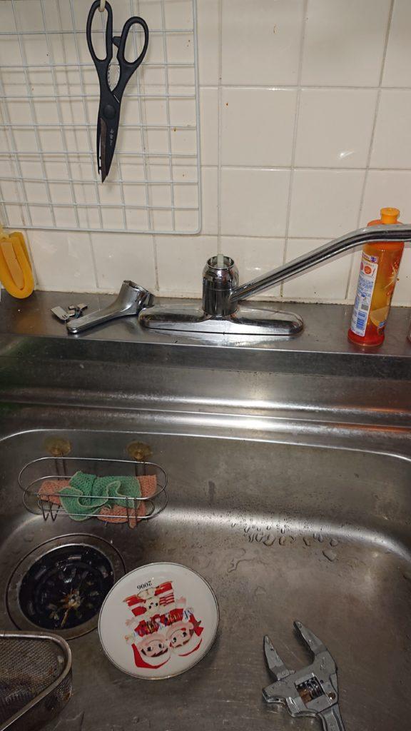 キッチンの水道を分解している