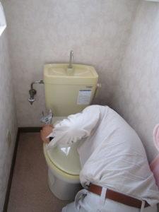 トイレの修理をしている男性
