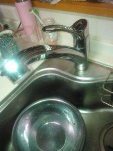水漏れしているキッチンの蛇口