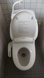 新しい水洗トイレを取り付けた様子