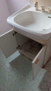 底が腐食してしまった洗面台