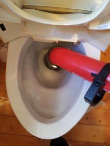 トイレの詰まりを高圧洗浄で修理している