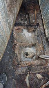 汚れて詰まっている状態の排水管