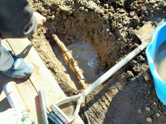 水道管の工事をしている
