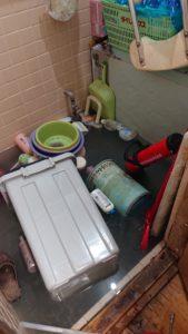 浴室にお湯が逆流して溢れている