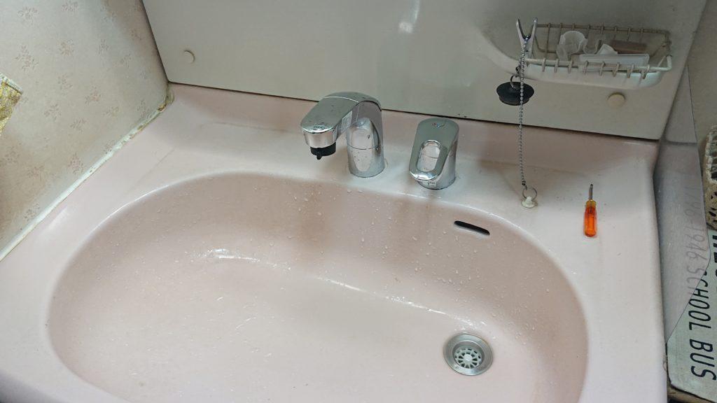 洗面台蛇口から水漏れ!新しい洗面台と交換して即解決!