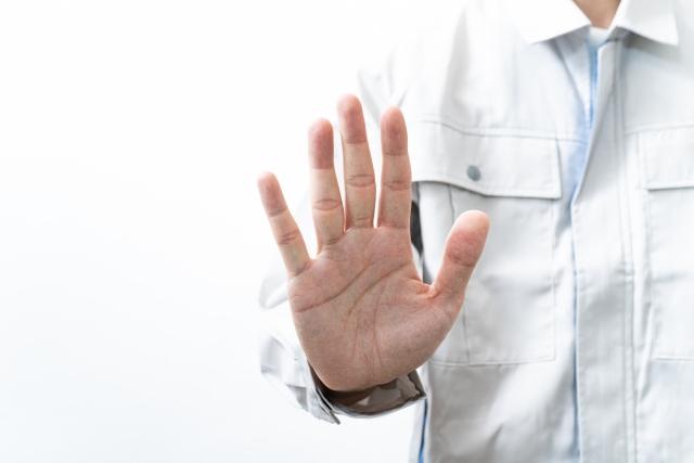 手で制止している男性