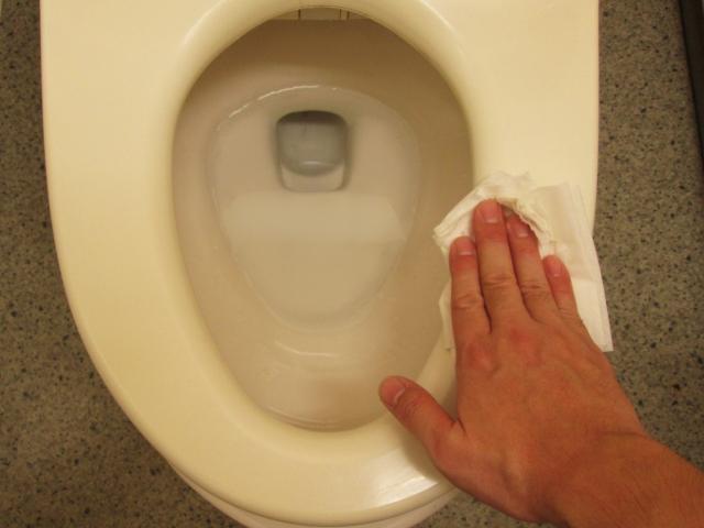 トイレ掃除をしている