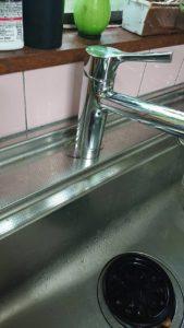 キッチン蛇口の根本から水が漏れている