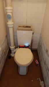 タンクを開けた状態のトイレ